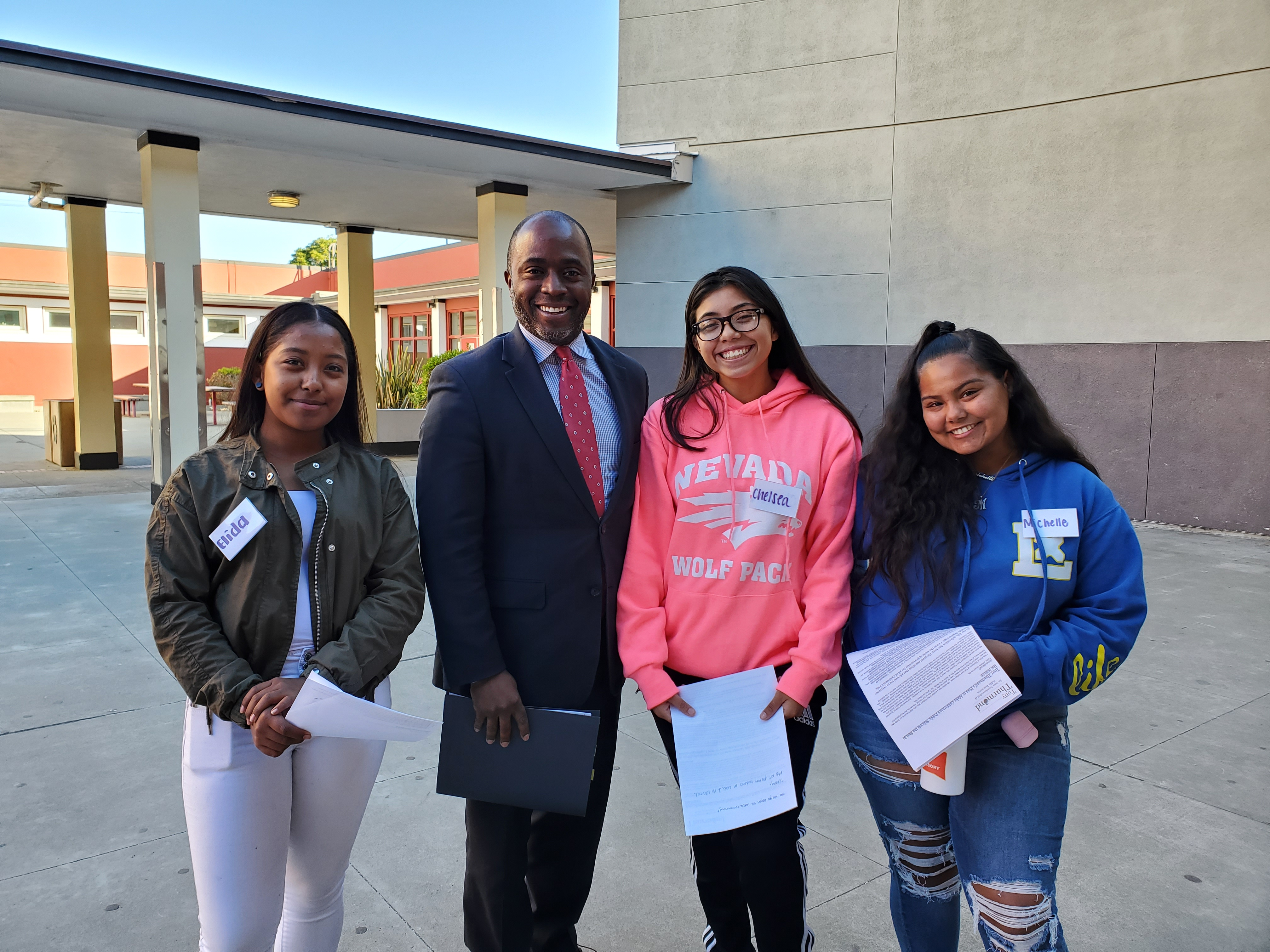 CA Superintendent of Schools Tony Thurmond with three female ALHS students.